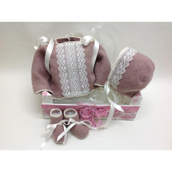 Conjunto lana rosa empolvado con puntilla de bolillos